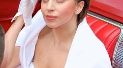Lady Gaga mặc áo trễ tràng, lộ ngực chảy xệ