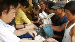 Clip: Báo NTNN và chùa Phổ Linh phát cơm từ thiện tại Bệnh viện K Trung ương