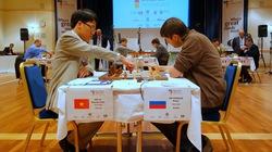 Quang Liêm và nhà vô địch thế giới đấu cờ nhanh phân định thắng bại