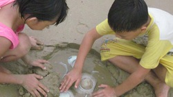 Trẻ em làng chài Quảng Ngãi nghịch... cổ vật như đồ chơi