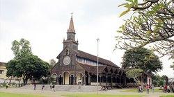 Dung dị nhà thờ toàn gỗ ở Kon Tum