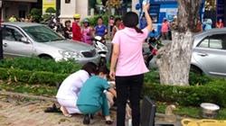 Cụ già ngồi xe lăn tự thiêu bằng cồn giữa phố