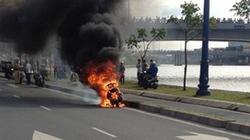 Xe Attila Victoria bốc cháy dữ dội gần hầm vượt sông Sài Gòn