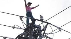 Nghẹt thở giải cứu người phụ nữ đứng múa trên đỉnh cột điện