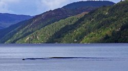 """Clip độc về """"thủy quái"""" khổng lồ bơi trên hồ Loch Ness"""
