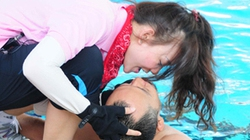 Hotgirl Hàn bóp miệng, cưỡng hôn Tiến Đạt