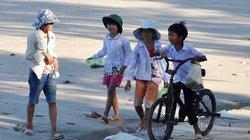 Ngắm trẻ em đảo Cô Tô vui đùa trên cát vàng Thu