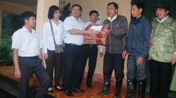Đồng chí Lại Xuân Môn tặng quà đồng bào bị lũ quét tại Sa Pa - Lào Cai