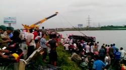 Hà Nội: Xe khách đâm bẹp rào, lăn lộn xuống hồ, 4 người thương nặng