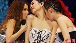 Ba cô gái S.H.E hôn nhau, lau mồ hôi... ngực trên sân khấu