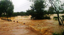 Lũ trên sông bất ngờ ập về, dân khóc ròng vì mất trắng tài sản