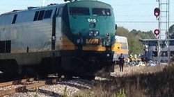 Xe buýt đâm sầm vào tàu hỏa, 6 người thiệt mạng