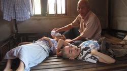 Cụ ông gần 90 tuổi nuôi hai con trai liệt giường