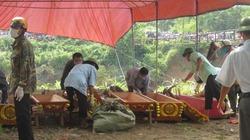 Nhận bàn giao thi thể, gia đình nạn nhân trên xe ô tô bị lũ cuốn gào khóc, ngất lịm