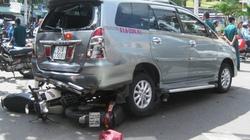 Nhân viên rửa xe cầm lái, cuốn xe máy vào gầm  ô tô, 2 người nhập viện