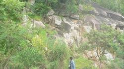 """Cấm lên núi Cấm vì hàng loạt đá tảng """"rình"""" lăn"""