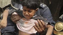 Nghẹt thở giải cứu bé gái khỏi đống đổ nát sập nhà