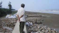 Hà Tĩnh: Hàng chục mét kè biển bị sạt lở