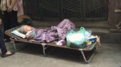 Chuyện buồn phía sau vụ cụ bà ốm yếu bị con cháu bỏ ngoài trời mưa