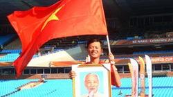 Người mang cờ Việt Nam, ảnh Bác Hồ đến khán đài World Cup