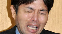 Chính trị gia Nhật Bản khóc mếu vì bị... nhà báo hỏi dồn