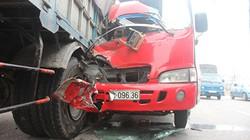 Cận cảnh xe khách 29 chỗ nát đầu, cắm sâu vào đuôi xe tải