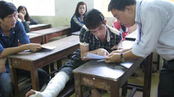 Nam sinh bị tai nạn bó bột vẫn lò cò đi làm thủ tục thi đại học