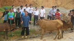 Cán bộ hội góp tiền mua bò tặng hộ nghèo