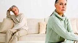 """70 tuổi, vợ chồng kéo nhau ra tòa kể tội vì chiếc bao cao su """"lạ"""""""