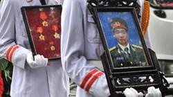 Phút tiễn đưa các chiến sĩ hy sinh về đất mẹ: Nước mắt hòa trong mưa