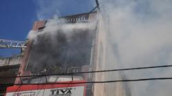 Cửa hàng mỹ phẩm cháy dữ dội, dân giúp công an khiêng ô tô thoát cháy