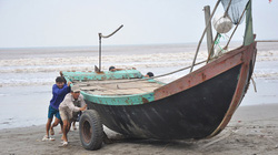 Bão Thần Sấm sắp cập bờ, ngư dân vẫn đòi… ra khơi