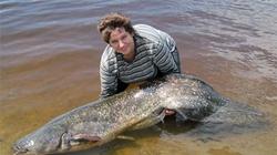 """Một phụ nữ bắt được cá trê """"quái vật"""" 50kg"""