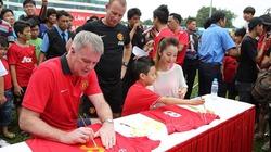 Jennifer Phạm đưa con trai giao lưu danh thủ CLB Manchester
