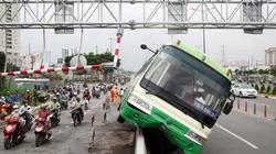 Xe buýt leo lên dải phân cách cao một mét trên cầu Sài Gòn