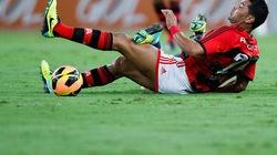 Cựu sao Arsenal bị CĐV nhà đánh trọng thương