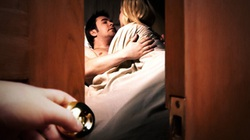"""Quỳ lạy, van xin ô sin """"lên giường"""" với chồng"""