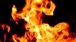 Một gia đình bị tưới xăng phóng hỏa, 4 người bỏng nặng