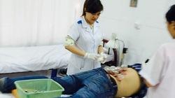 Sốc: Lang băm tự xưng trị bách bệnh bằng cách… hút máu