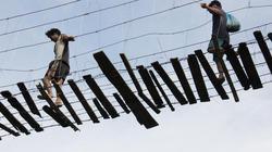 Chùm ảnh: Rợn tóc gáy với cầu treo tự tạo cao 25m ở Quảng Ngãi