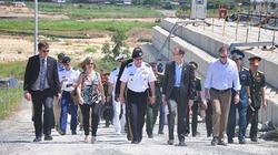 Đại tướng Mỹ Martin Dempsey đến sân bay Đà Nẵng thăm khu tẩy dioxin