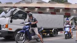 Cận cảnh ô tô biển ngoại giao giật tung thanh giới hạn cầu vượt Láng Hạ