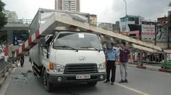 Xe biển ngoại giao giật tung thanh giới hạn cầu vượt Láng Hạ
