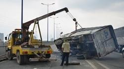 """Xe tải lật ngang trên cầu Sài Gòn vì tài xế """"gật gù"""""""