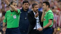 Vỗ đầu trọng tài, HLV Simeone bị cấm chỉ đạo 8 trận