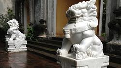 Di dời đôi sư tử đá Trung Quốc đầu tiên khỏi chùa ở Hà Nội