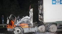 Xe đầu kéo cháy rụi cabin trên cao tốc TP.HCM-Trung Lương