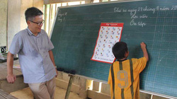 Ấm áp hình ảnh GS Ngô Bảo Châu dạy Toán cho trẻ vùng cao