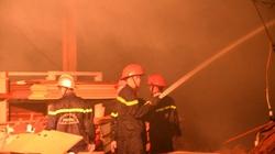 TP.HCM: Công ty gỗ cháy lớn, hàng trăm lính cứu hỏa chữa cháy xuyên đêm