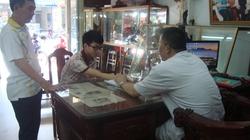 Lương y Phạm Trọng Hùng với bệnh nhân đau dạ dày tá tràng